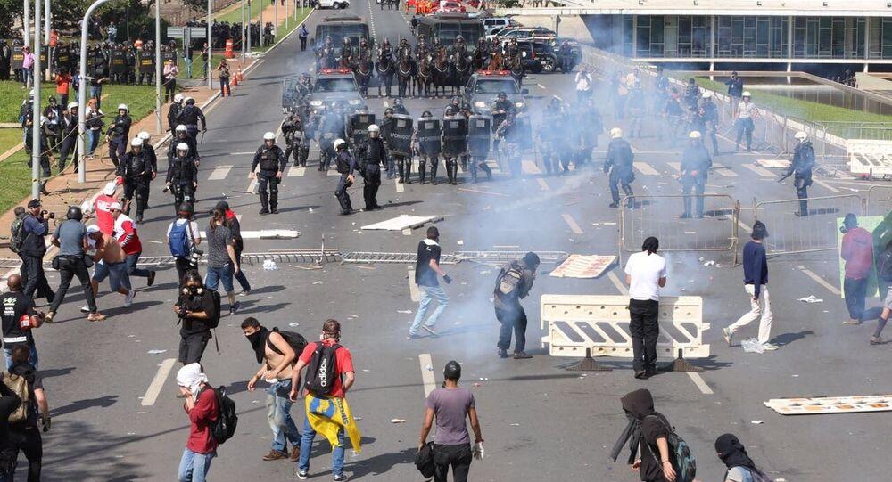 Polícia entra em confronto com manifestantes em Brasília