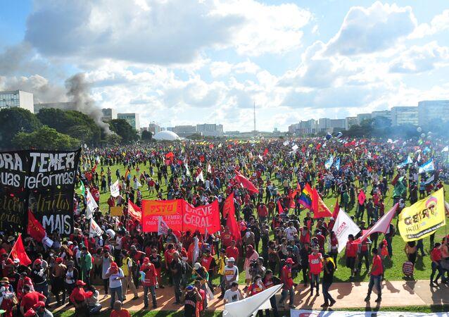 Representantes de centrais sindicais, movimentos sociais e público em geral protestando contra o governo em Brasília