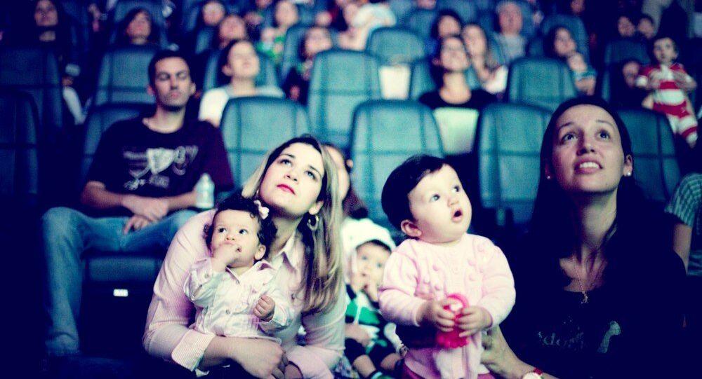 Projeto CineMaterna devolve vida cultural para pais pós maternidade