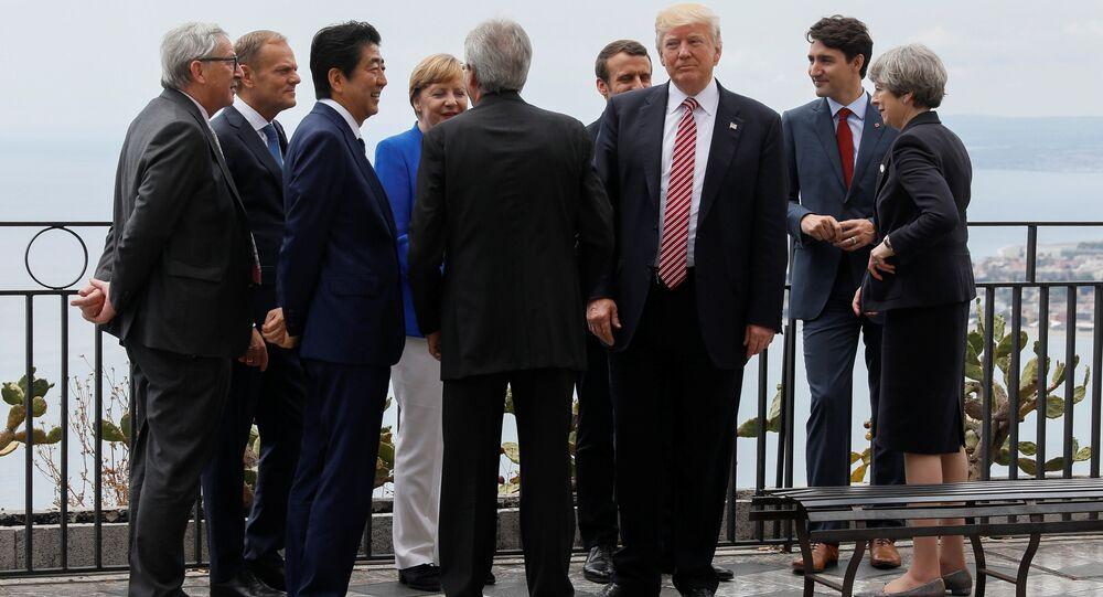 Presidente dos EUA, Donald Trump, conversa  como presidente da Comissão Europeia, Jean-Claude Juncker, presidente do Conselho Europeu, Donald Tusk, primeiro-ministro do Japão, Shinzo Abe, premiê alemã, Angela Merkel, premiê italiano, Paolo Gentiloni, presidente da França, Emmanuel Macron, premiê do Canadá, Justin Trudeau e premiê britânica, Theresa May, durante a cúpula do G7 em Taormina, na Itália