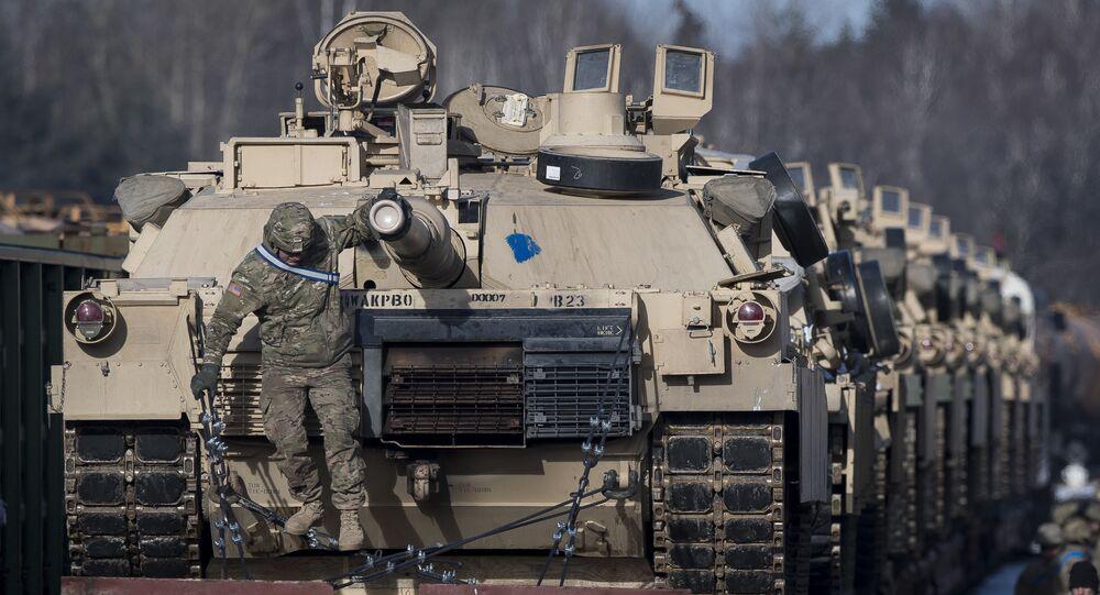 Tanques de combate de Abrams da 4ª Divisão de Infantaria do Exército dos EUA, a 3ª Brigada de Combate da Equipa, do 68º Armamento do Regimento e do 1º Batalhão de vagões chegam à estação ferroviária de Gaiziunai a cerca de 110 km a oeste da capital Vilnius, Lituânia.