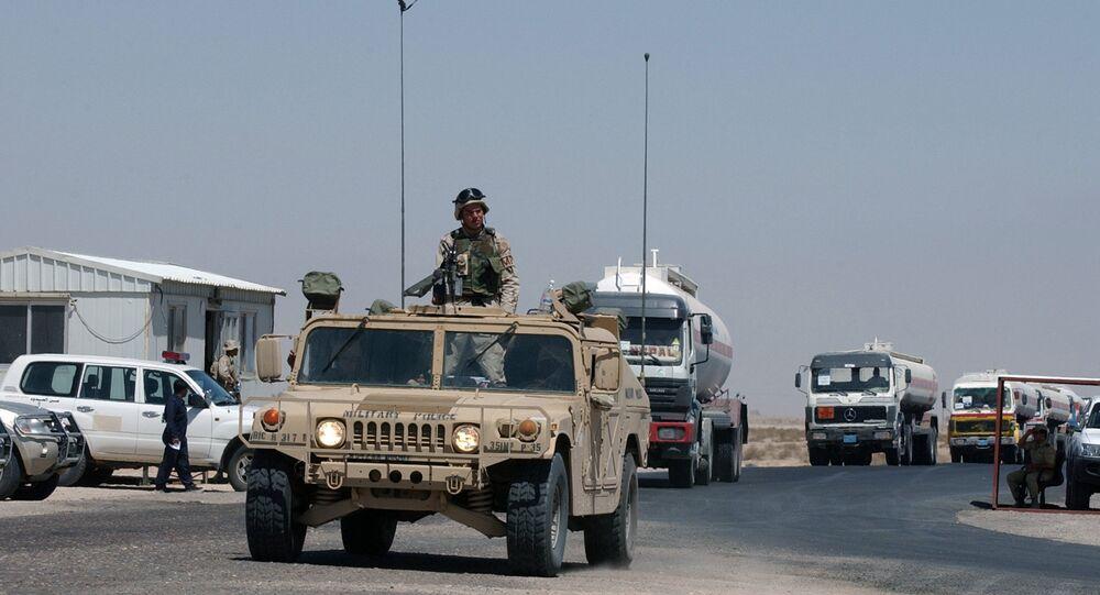 Um comboio de caminhões-tanques de combustível escoltados por um veículo do Exército dos EUA entra no Kuwait no posto fronteiriço militar de Abdaly na fronteira Kuwait-Iraque (foto de arquivo)