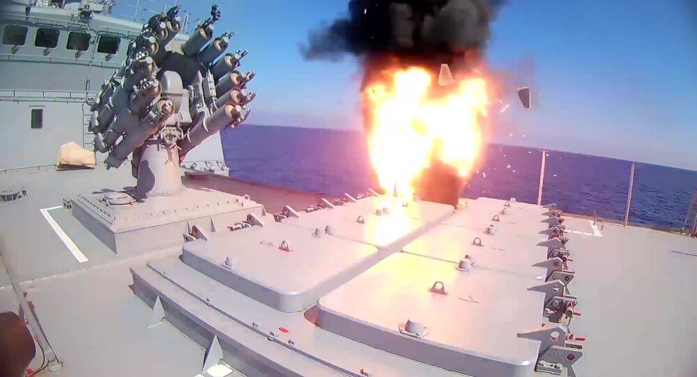 Fragata Admiral Essen dispara mísseis de cruzeiro Kalibr contra instalações do Daesh na Síria