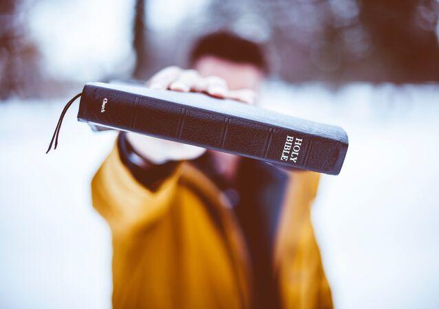 Um homem com uma Bíblia