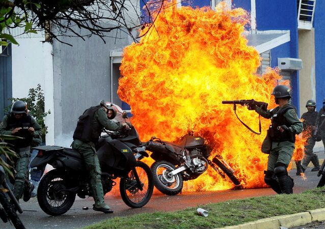 Uma patrulha de policiais durante os confrontos com manifestantes de oposição em San Cristobal, na Venezuela.