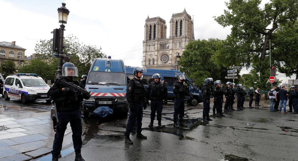 Agentes de polícia ocupam o centro de Paris após ataque perto da Catedral de Notre-Dame