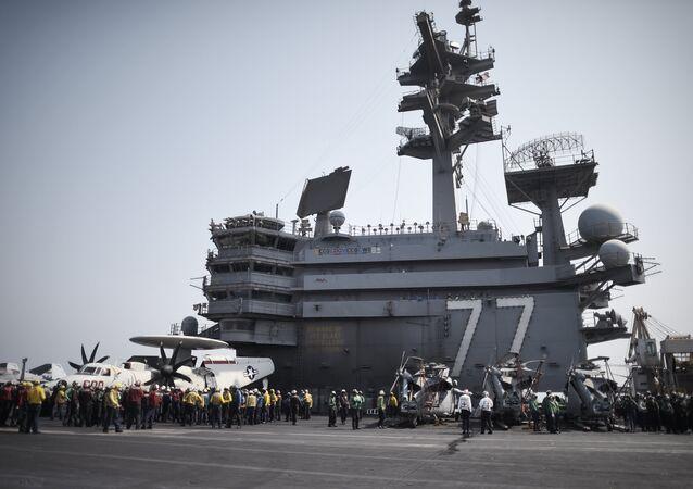 Marinheiros no convés do porta-aviões USS George H.W. Bush (CVN 77), no Golfo Pérsico (arquivo)