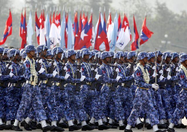 Militares do Mianmar desfilam durante parada militar em 27 de março de 2016 em Naypidaw