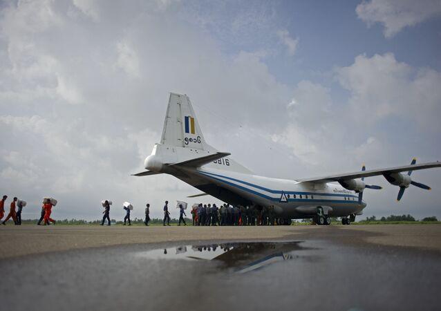 Um Shaanxi Y-8 da Força Aérea de Mianmar visto em 5 de agosto de 2015