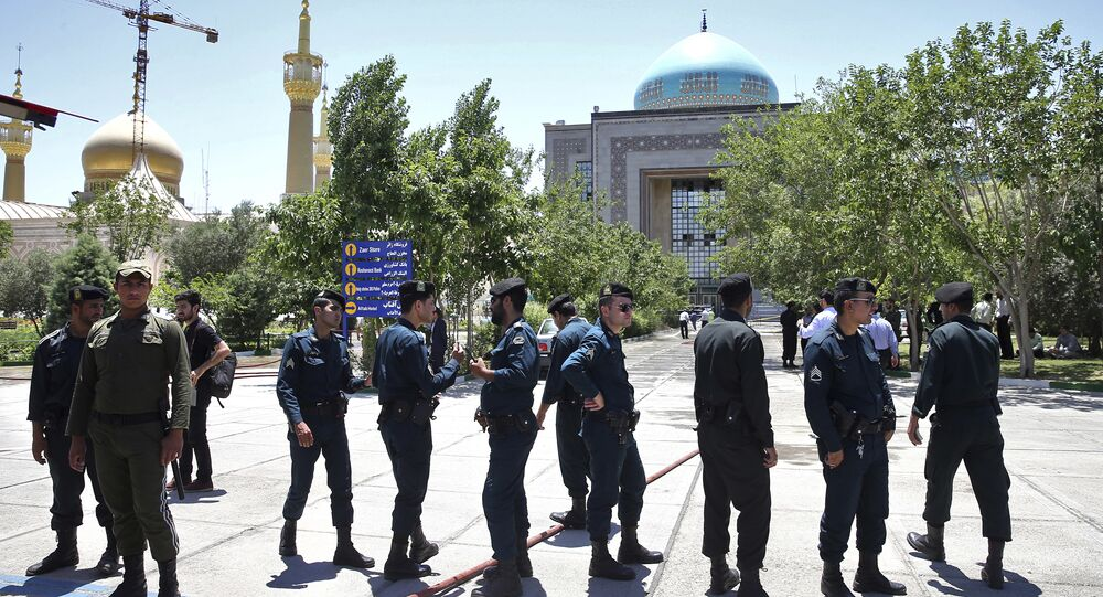 Polícia controlando a situação perto do Mausoléu do aiatolá Khomeini após ataque terrorista, em 7 de junho de 2017