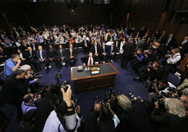 O ex-diretor do FBI James Comey depõe a uma audiência do Comitê de Inteligência do Senado sobre a alegada interferência da Rússia na eleição presidencial dos EUA de 2016.