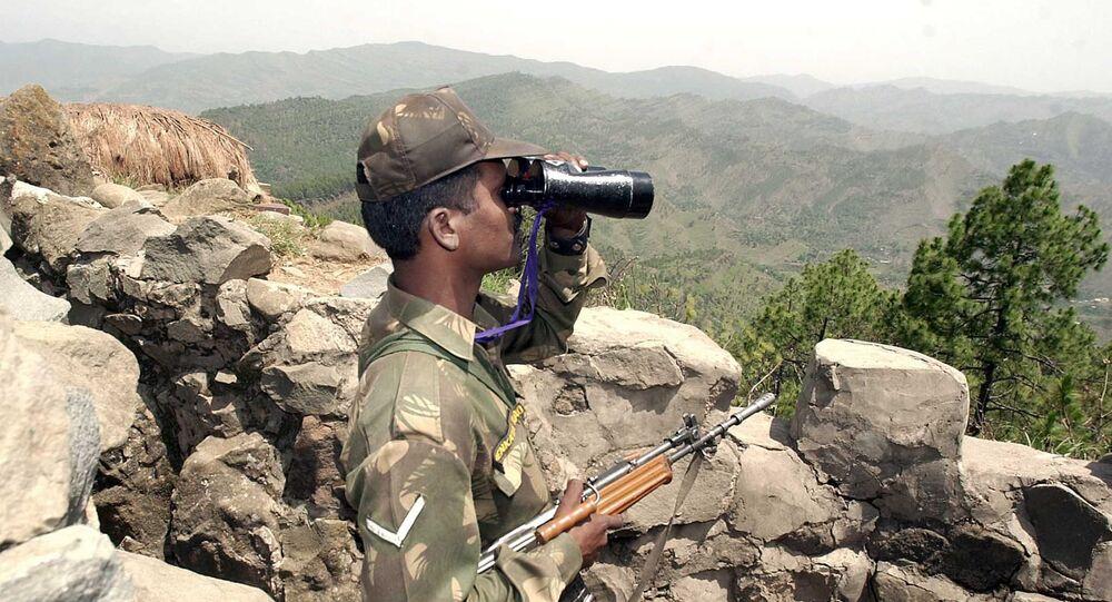 Um soldado indiano olhando pelo binóculo a 200 km da Linha de Controle que separa Índia e Paquistão (foto de aqruivo)