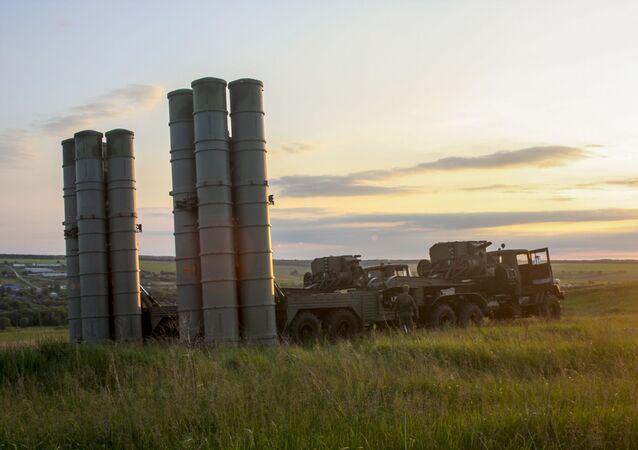 Sistemas russos S-300 durante os treinamentos bilaterais de grande escala da defesa antiaérea e da aviação da Região Militar Ocidental