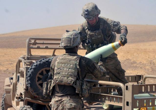 Forças da coalizão manuseiam munição de fósforo branco no Iraque
