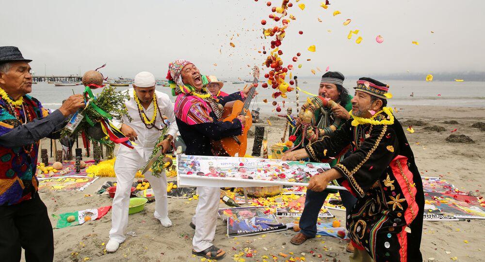 Xamãs peruanos realizam ritual de previsões para o ano novo, Lima, Peru, 29 de dezembro de 2016 (Arquivo)