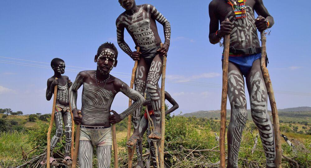 Jovens da tribu etíope, foto de arquivo