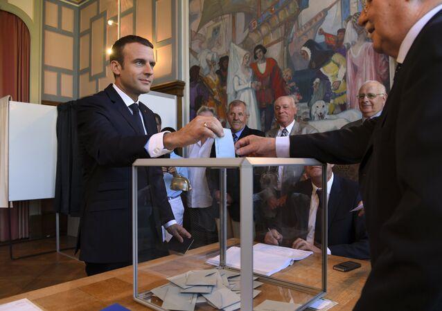 Presidente francês Emmanuel Macron vota no segundo turno das eleições legislativas, em 18 de junho de 2017