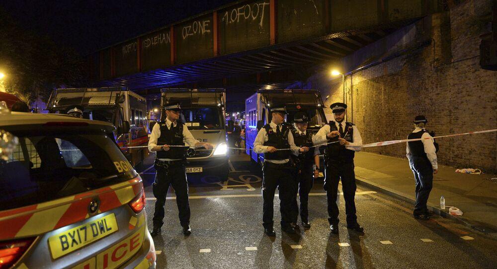 Polícia cerca área após carro atropelar várias pessoas em Finsbury Park, Londres