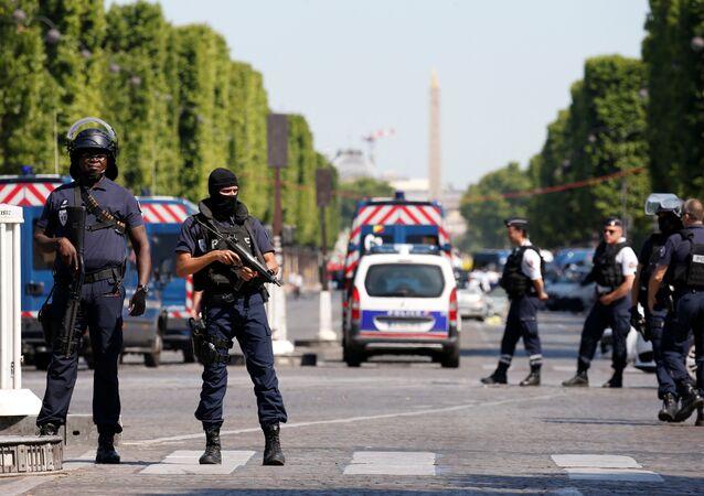Policiais fecharam a Champs Elysees