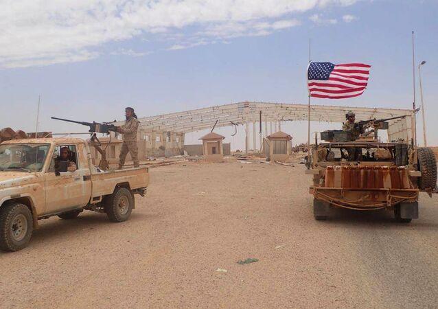 Militares americanos e rebeldes do Maghaweer al-Thawra, apoiado pelos EUA, em Al-Tanf, no sul da Síria (foto de arquivo)