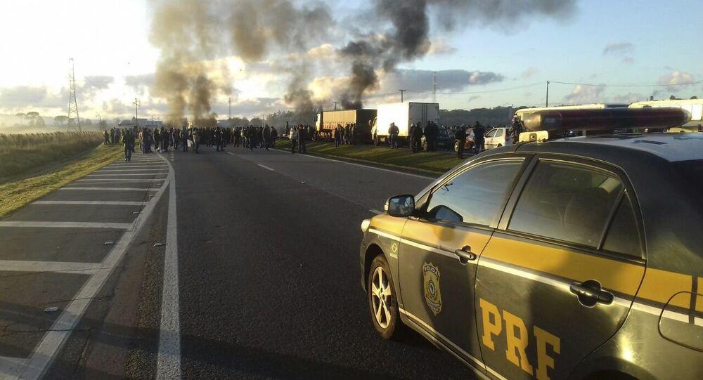 Carro da Polícia Rodoviária Federal durante uma manifestação no Paraná