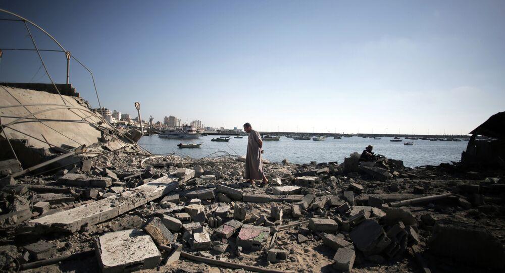 Um palestino avalia os danos na sequência de um ataque de mísseis israelense, em 16 de julho de 2014