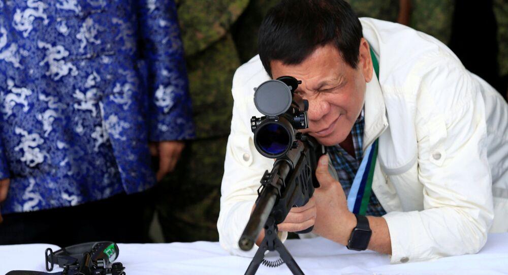 Rodrigo Duterte, presidente das Filipinas, testando armamentos (arquivos)