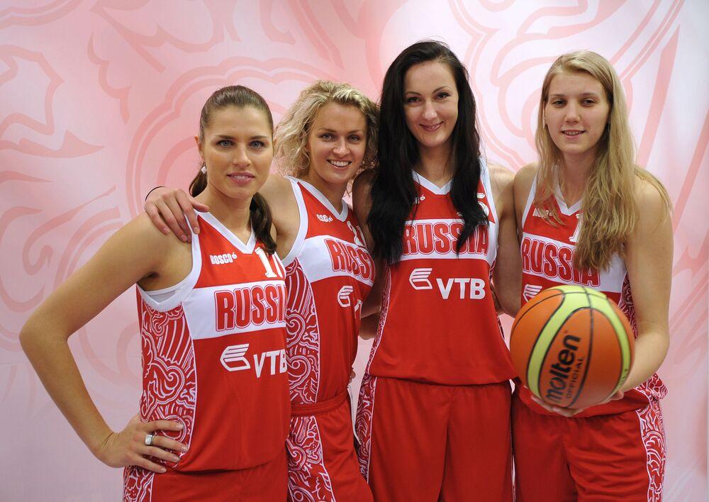 Desde a esquerda: as atletas da equipe de basquete nacional da Rússia Anna Petrakova, Nadezhda Grishaeva, Ekaterina Lisina, Natalia Vieru no centro de distribuição Bosco Sport, em Moscou, em junho de 2012