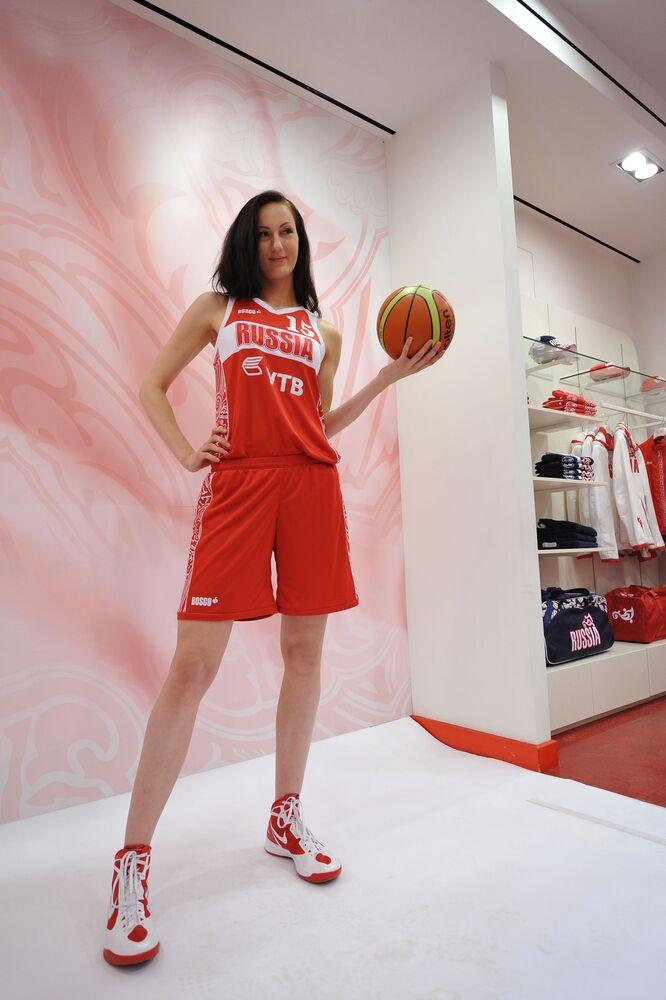 A atleta da equipe de basquete russa, Ekaterina Lisina, no centro de distribuição Bosco Sport, em Moscou, em junho de 2012