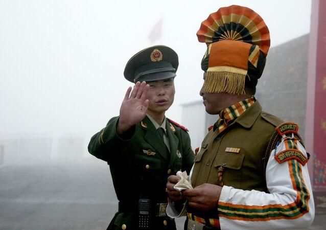 Guardas de fronteira da China e da Índia