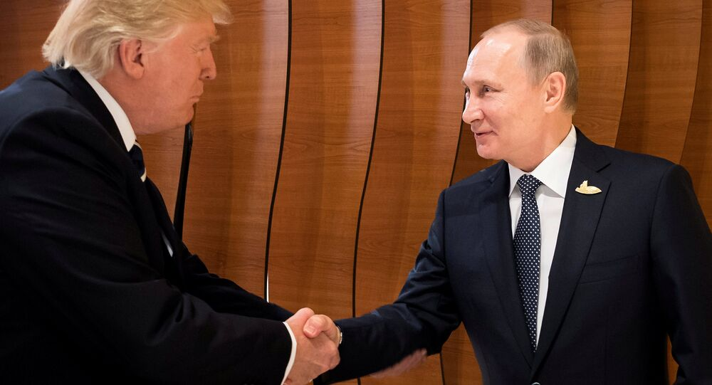 O primeiro aperto de mão entre os presidentes Trump e Putin