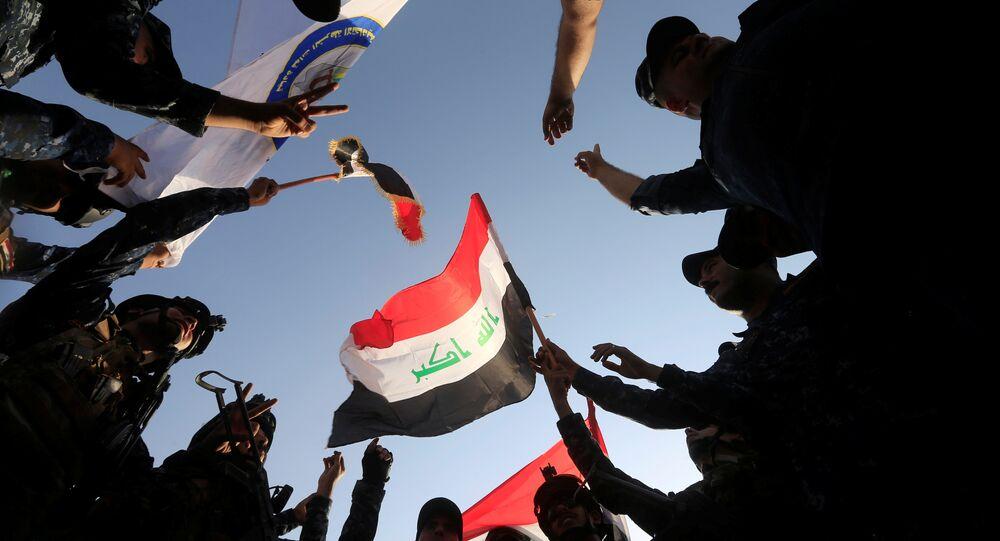 A polícia federal iraquiana comemora em Mossul ocidental.