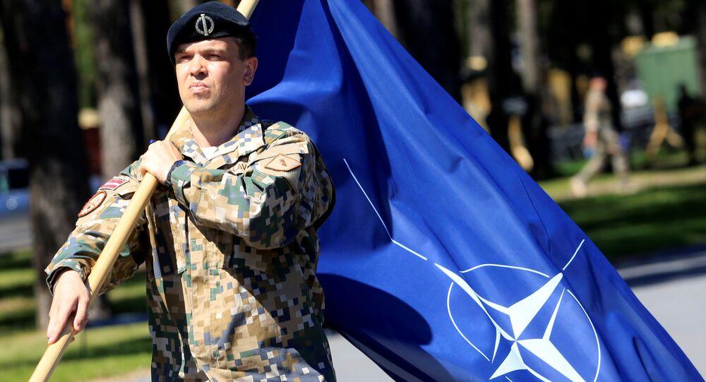 Soldado com a bandeira da OTAN