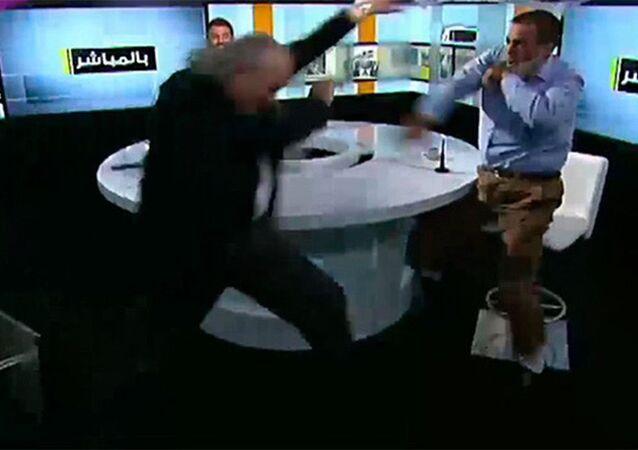 Ahmad Shlash, um ex-parlamentar sírio aliado do presidente Bashar Assad, e Bilal Daqmaq, um religioso libanês crítico de Assad, brigam durante programa da TV libanesa que discutia ações do Daesh