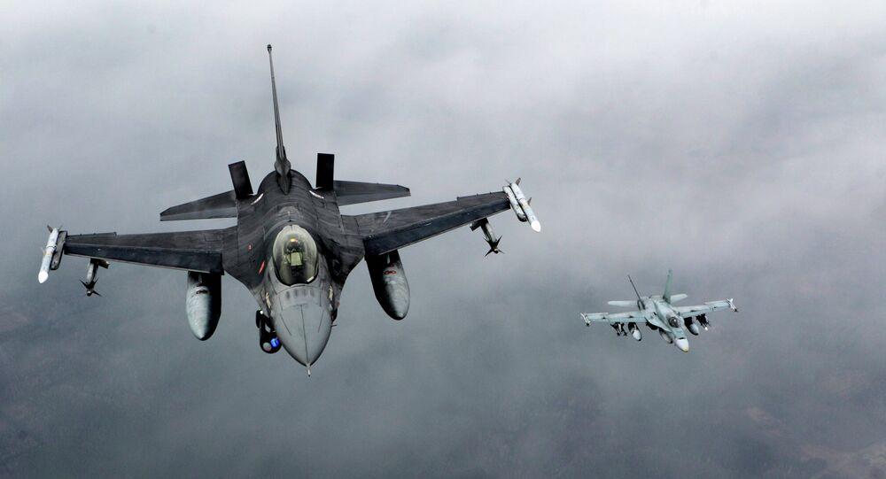 Caça F-16 da Força Aérea portuguesa  e caça CF-18 Hornet patrol da Força Aérea canadense sobre o mar Báltico (foto de arquivo)