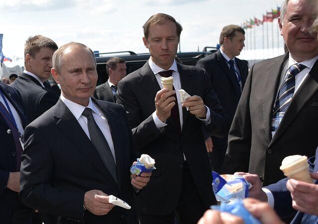 O presidente russo, Vladimir Putin, comendo sorvete junto com o ministro da Indústria e Comércio da Rússia, Denis Manturov, no Salão Aeroespacial MAKS 2017, em Zhukovsky, Moscou
