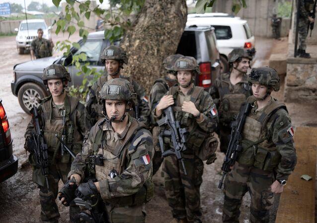 Soldados franceses patrulhando as ruas de Bangui, na República Centro-Africana, em julho de 2014