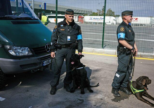 Guardas de fronteira finlandeses com cachorros