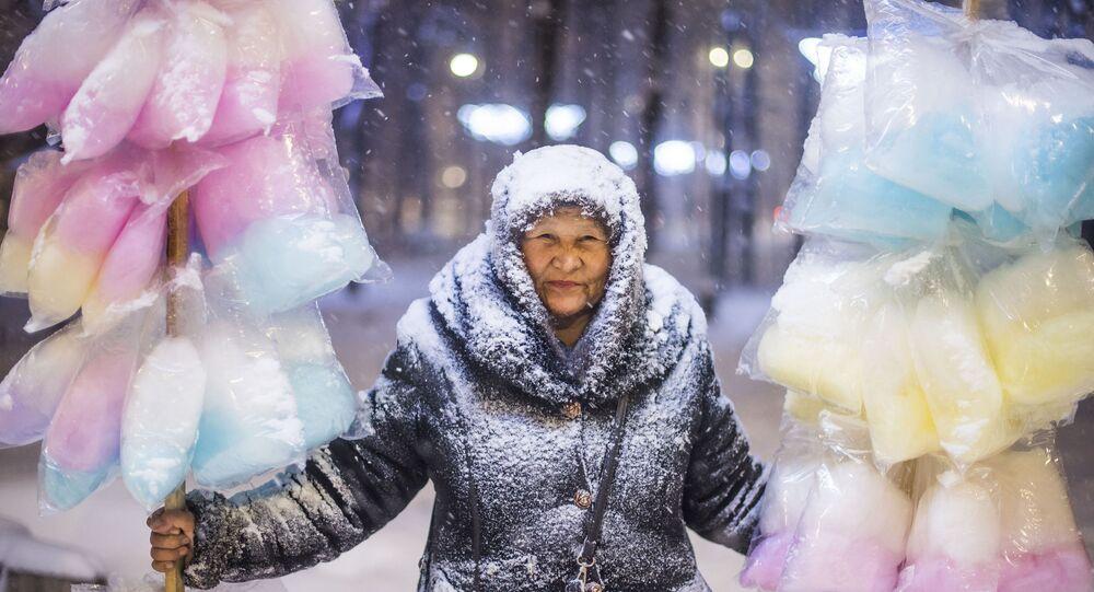 """Na opinião dos internautas, a """"Vendedora de Algodão Doce"""", do jornalista fotográfico Tabyldy Kadyrbekov, é o melhor trabalho do concurso Andrei Stenin"""