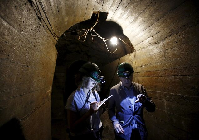 Jornalistas em um túnel subterrâneo buscando o trem do ouro nazista debaixo do castelo Ksiaz, na Polônia (foto de arquivo)