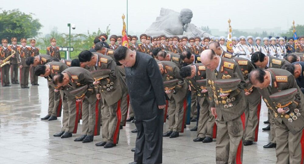 Kim Jong-un e altos militares norte-coreanos rendem homenagem junto ao túmulo dos combatentes da Guerra da Coreia