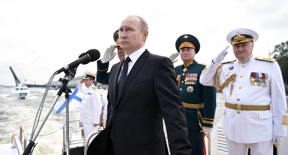 Vladimir Putin assiste o Desfile Naval Principal da Marinha da Rússia, 30 de julho de 2017