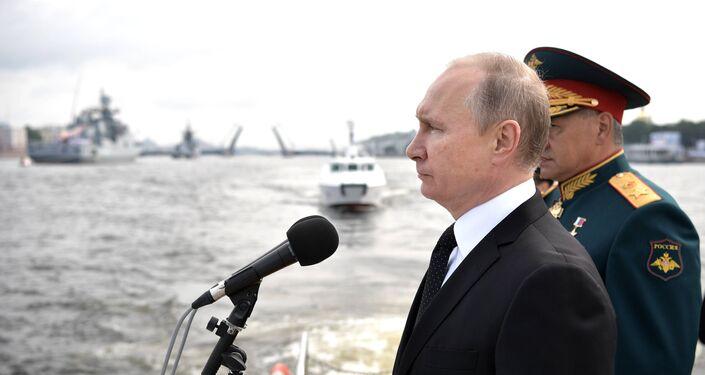 O presidente russo, Vladimir Putin, antes do início do Desfile Naval Principal da Marinha da Rússia, 30 de julho de 2017