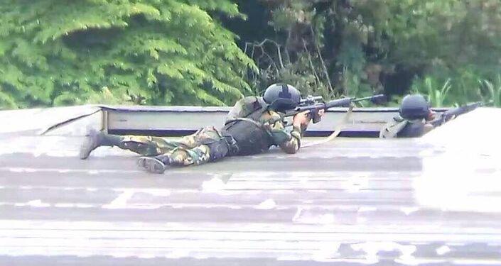 Atirador sniper posicionado no teto de uma casa em San Cristóbal, capital do estado de Táchira na fronteira com a Colômbia