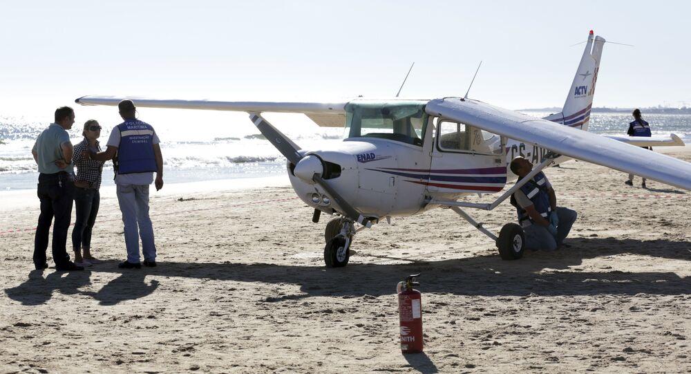 Guardas portugueses checam o Cessna que aterrissou na praia de Caparica em 2 de agosto de 2017 matando duas pessoas