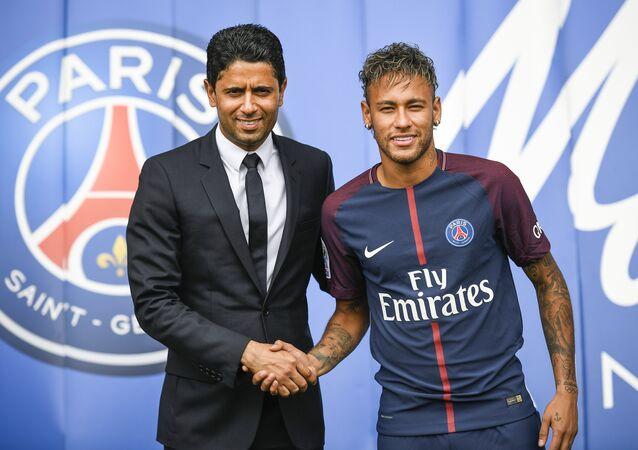 Dono do Paris Saint-Germain, Nasser al-Khelaifi, ao lado de Neymar durante a apresentação do atacante brasileiro em Paris