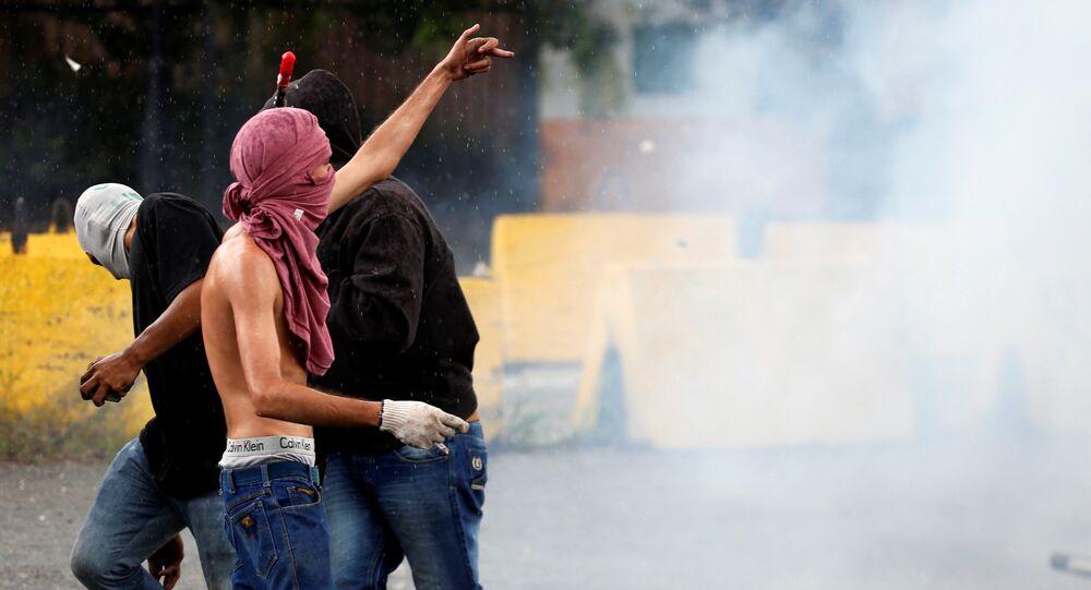 Um manifestante gesticula durante confrontos com forças de segurança perto da base militar de Fuerte Paramacay em Valência, Venezuela 6 de agosto de 2017.