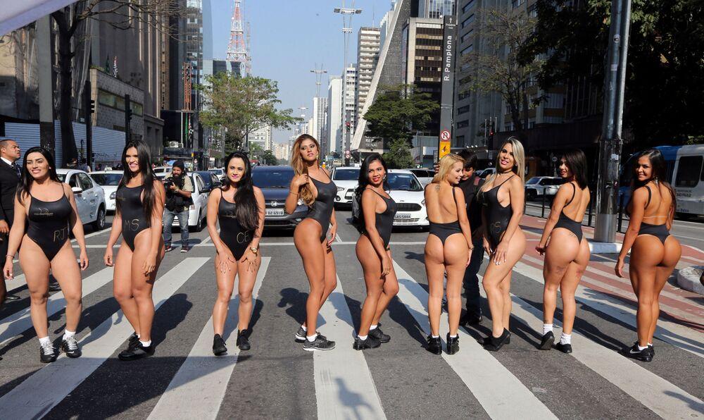 Modelos participantes do concurso BumBum Brasil 2017 desfilam na Avenida Paulista, em São Paulo