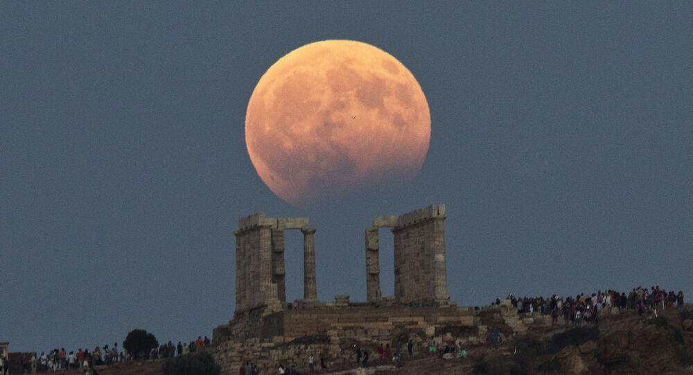 Eclipse parcial da Lua no céu sobre o Tempo de Poseidon, na Grécia