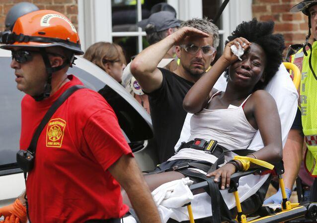 Vítima do atropelamento em massa em Charlottesville é removida do local